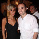Andrés Iniesta posa junto a su futura esposa, Anna Ortiz