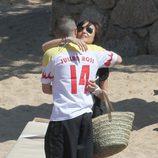 Andrés Iniesta y su novia Anna Ortiz abrazándose