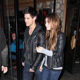 Taylor Lautner y su novia, Lily Collins, en 2011