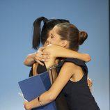 Bai Ling y María León se abrazan en la gala de clausura del Festival de San Sebastián 2011