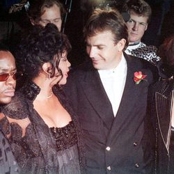 Bobby Brown, Whitney Houston, Kevin Costner y Cindy Costner en el estreno de 'El Guardaespaldas'