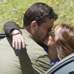 Merche y Arturo Requejo besándose