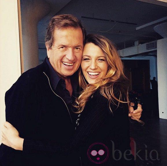 Mario Testino y Blake Lively posan juntos y sonrientes