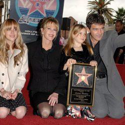 Antonio Banderas recibe su estrella en el Paseo de la Fama junto a su familia