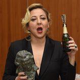 Carmen Machi con una botella de champán en los Goya 2015