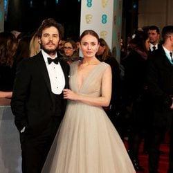 Laura Haddock y Sam Claflin en los Premios BAFTA 2015