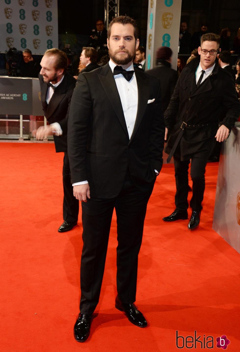 Henry Cavill estrena look en la alfombra roja de los BAFTA 2015