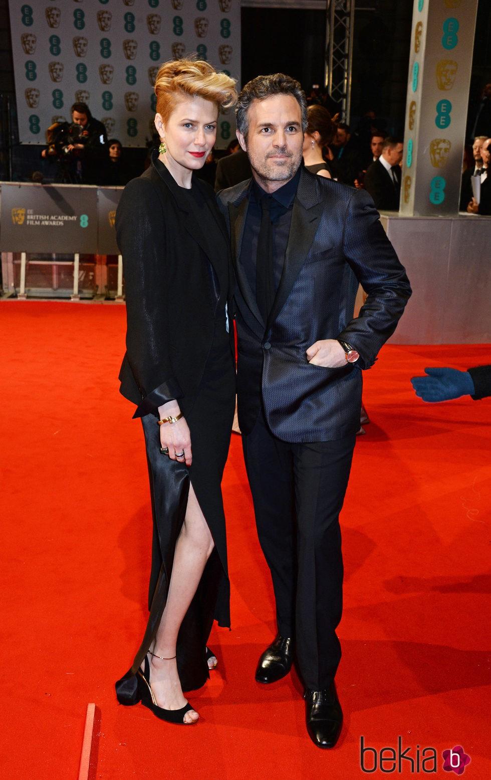 Mark Ruffalo y Sunrise Coigney en los Premios BAFTA 2015
