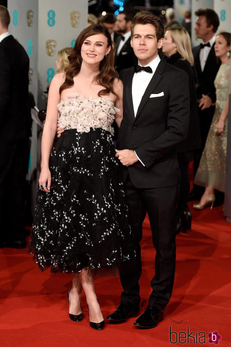Keira Knightley y James Righton en los BAFTA 2015