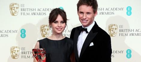 Felicity Jones y Eddie Redmayne posan con el premio a mejor película británica para 'La teoría del todo' en los Premios BAFTA 2015