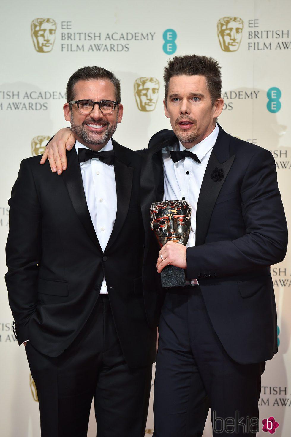 Steve Carell y Ethan Hawke recogen el premio al mejor director en representación de Richard Linklater en los Premios BAFTA 2015