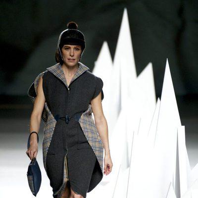 Raquel Sánchez Silva desfilando para Ion Fiz en Madrid Fashion Week otoño/invierno 2015/2016