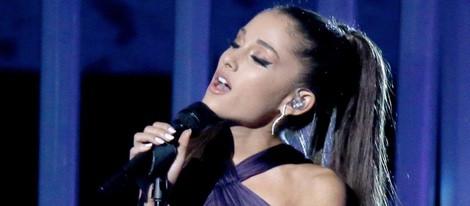 Ariana Grande actúa en los Grammy 2015