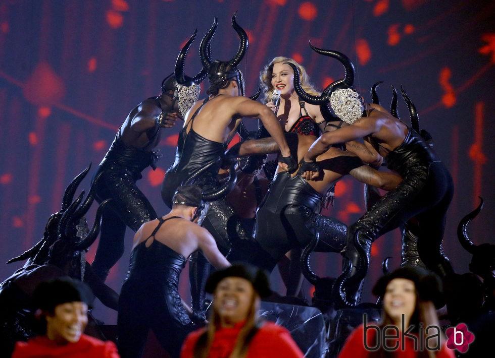 Madonna rodeada de cuernos en su actuación de los Grammy 2015