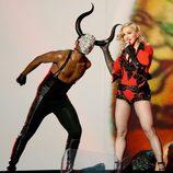 Madonna torea en su actuación de los premios Grammy 2015