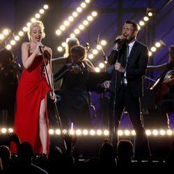 Gwen Stefani y Adam Levine en su actuación de los Grammy 2015