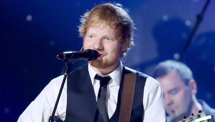 Ed Sheeran en el escenario de los premios Grammy 2015