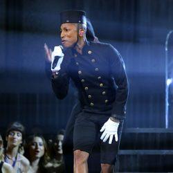 Pharrell Williams vestido de botones en los premios Grammy 2015