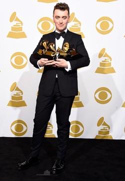 Sam Smith posa con sus premios Grammy 2015
