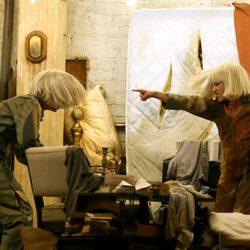Sia, Kristen Wiig y Maddie Ziegler en su actuación de los Grammy 2015