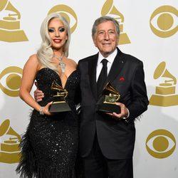 Tony Bennett y Lady Gaga posan con su premio Grammy 2015