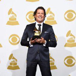 Carlos Vives posa con su premio Grammy 2015