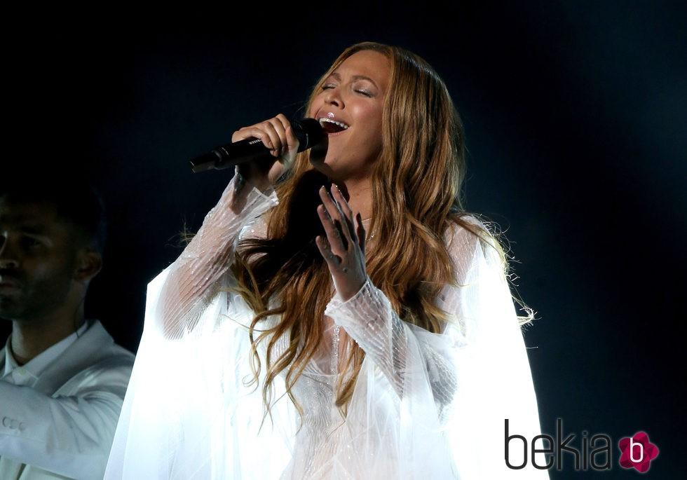 Beyoncé en plena actuación de los premios Grammy 2015