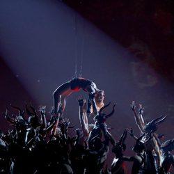 Madonna vuela por el Staples Center en los Grammy 2015