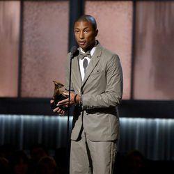 Pharrell Williams recoge un premio en los Grammy 2015