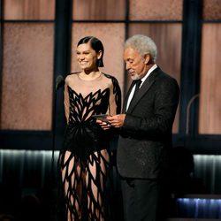 Jessie J y Tom Jones presentan un premio en los Grammy 2015