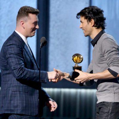 Enrique Iglesias entrega un premio a Sam Smith en los Grammy 2015