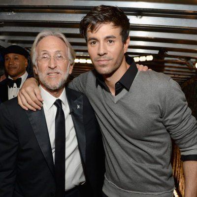 Neil Portnow y Enrique Iglesias en los premios Grammy 2015