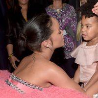 Rihanna saluda a Blue Ivy Carter en los premios Grammy 2015