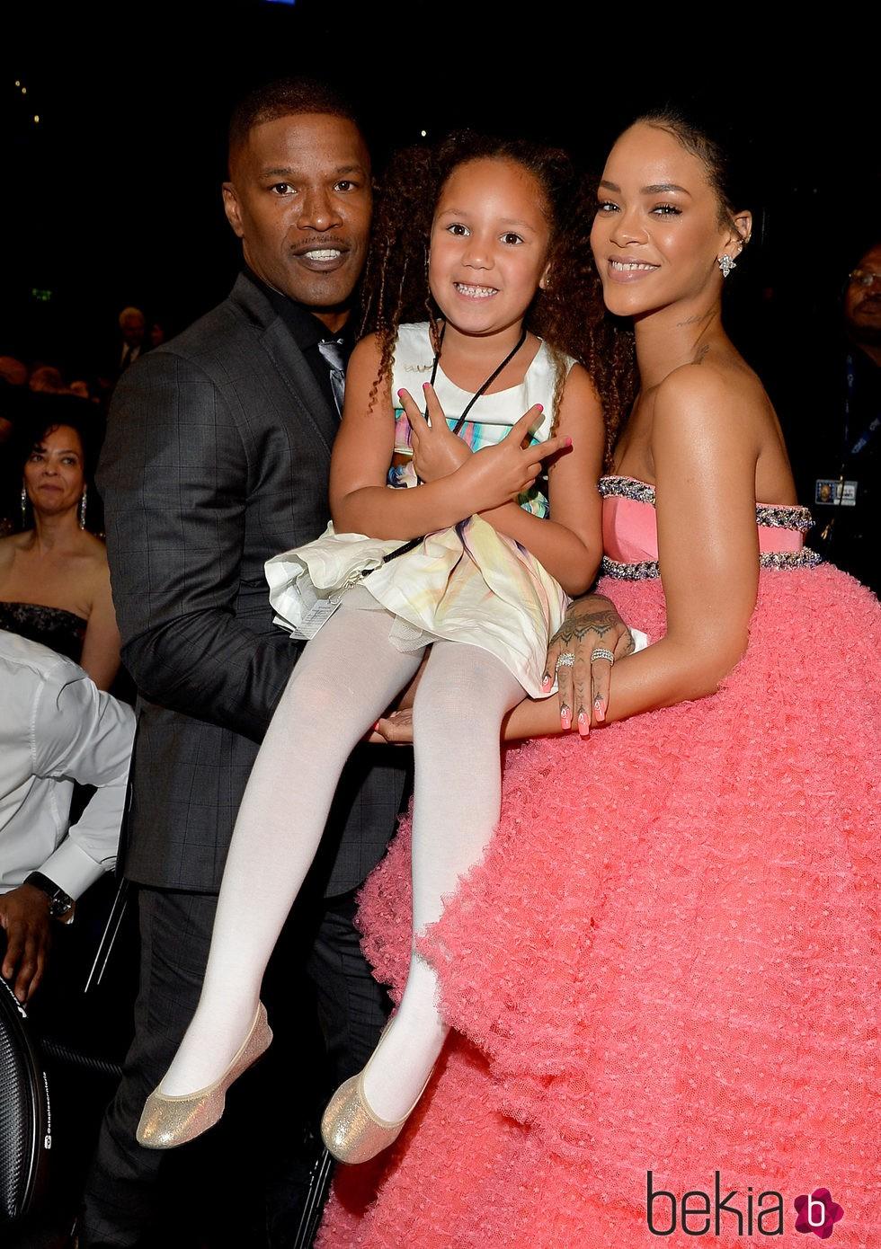 Rihanna con el actor Jamie Foxx y su hija Annalise Bishop en los premios Grammy 2015
