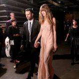 Adam Levine y Behati Prinsloo en los premios Grammy 2015