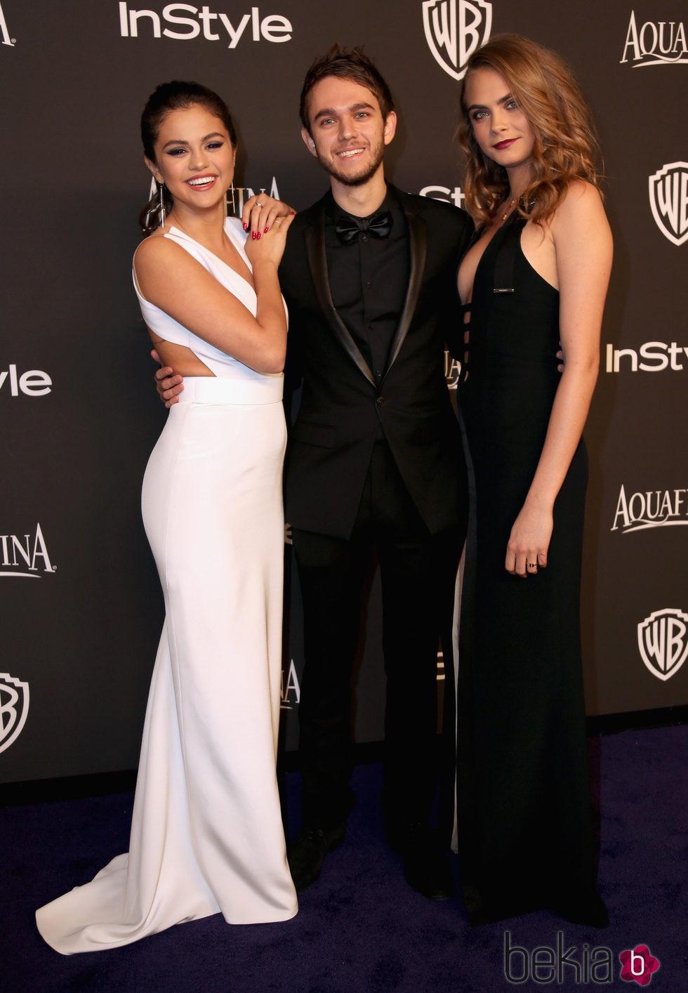 Selena Gomez, el dj Zedd y Cara Delevingne en los Globos de Oro 2015