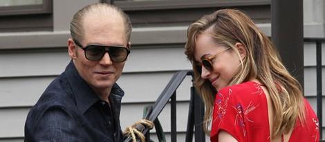 Johnny Depp y Dakota Johnson en el rodaje de 'Black Mass'