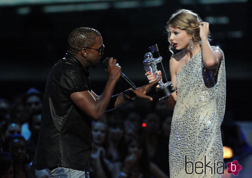 Kanye West interrumpe el discurso de Taylor Swift en los VMA 2009