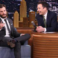 Jamie Dornan promocionando 'Cincuenta sombras de Grey' en el programa de Jimmy Fallon