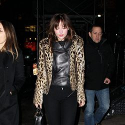 Dakota Johnson pasea por la noche neoyorkina