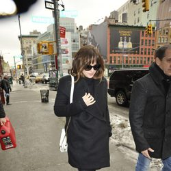Dakota Johnson pasea muy abrigada por las calles de Manhattan