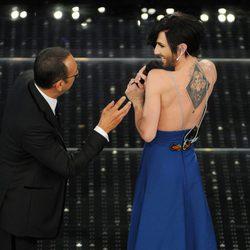 Conchita Wurst enseña en el Festival de Sanremo 2015 el tatuaje en honor a su madre