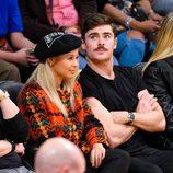 Zac Efron y Sami Miro en un partido de baloncesto en Los Angeles