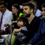 Gerard Piqué con su hijo Milan Piqué Mebarak en un partido de baloncesto
