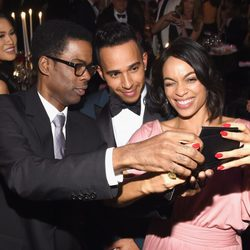 Chris Rock, Lewis Hamilton y Rosario Dawson se toman un selfie en la gala AmfAR 2015