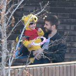 Milan Piqué disfrazado de Winnie the Pooh junto a Gerard Piqué