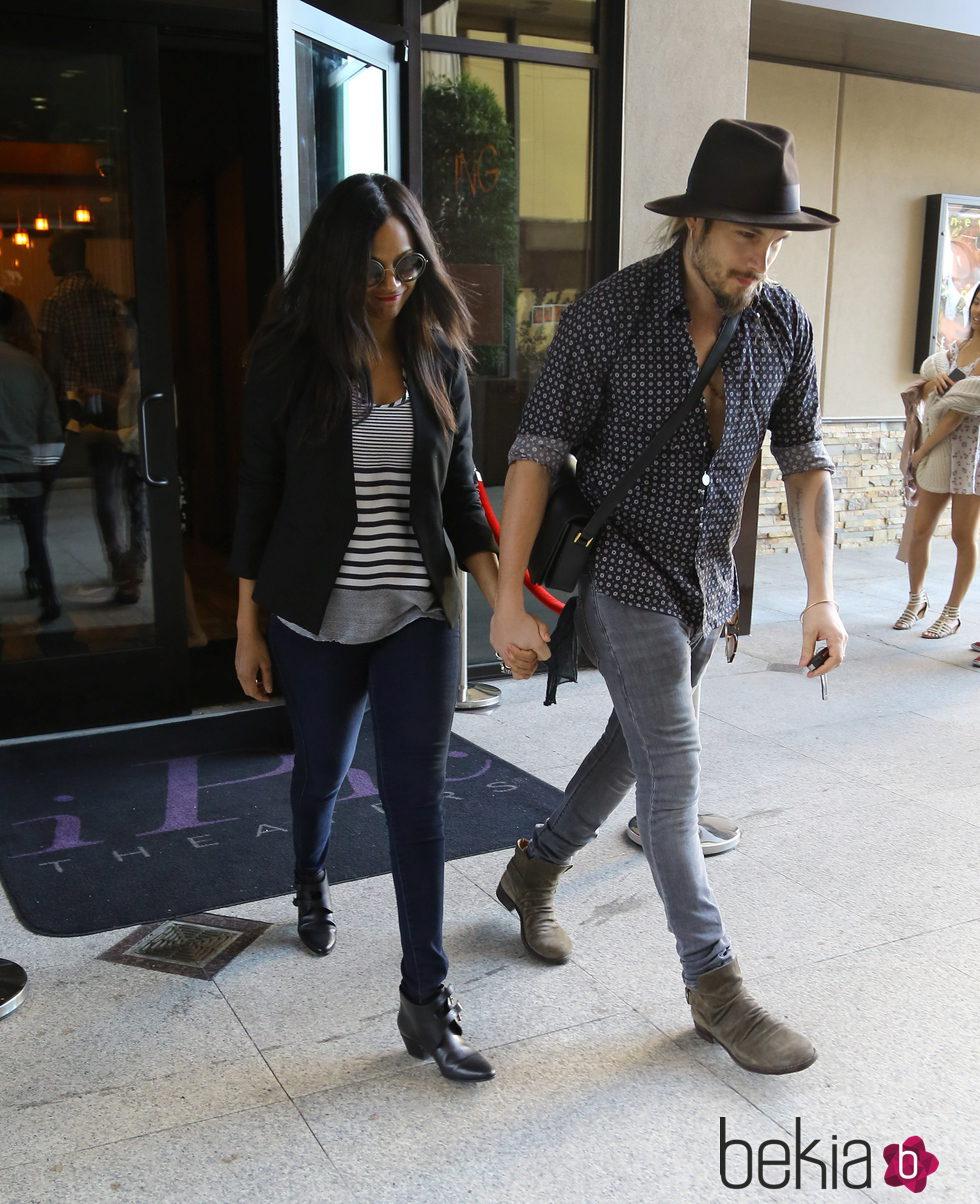Zoe Saldaña y Marco Perego saliendo del cine tras ver 'Cincuenta sombras de Grey'