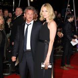 Sean Penn y Charlize Theron en el estreno de 'The Gunman'
