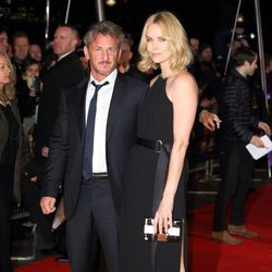 Sean Penn y Charlize Theron en el estreno de 'The Gunman'