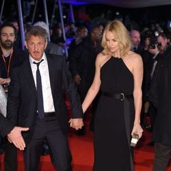 Sean Penn y Charlize Theron cogidos de la mano en el estreno de 'The Gunman'